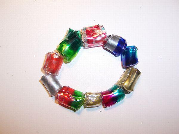 Цветной браслет из пластиковых бутылок