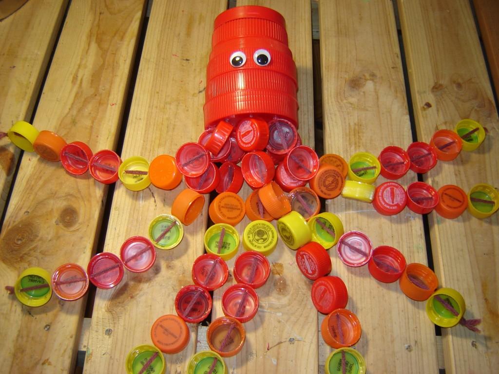 Осьминог из крышек от пластиковых бутылок