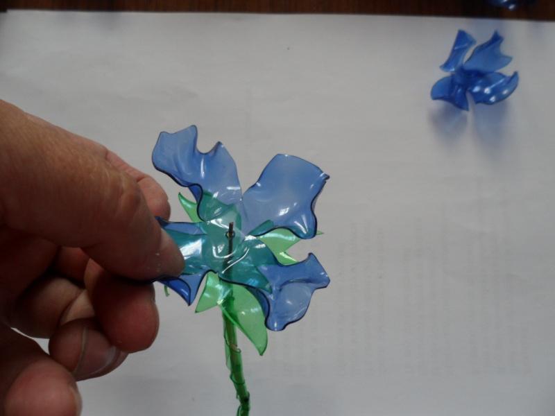 Сделать из пластиковых бутылок цветы