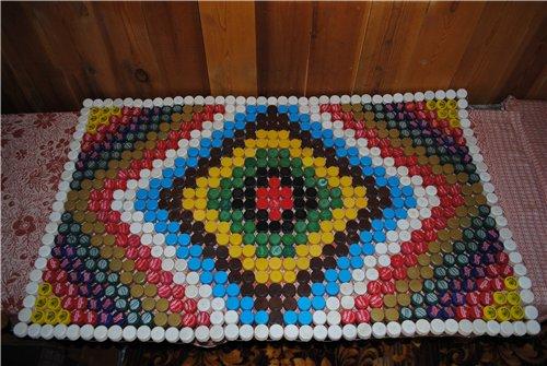 массажный коврик из пластиковых крышек